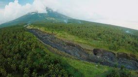 Luftbildfotografie von vulkanischem outflowing Fluss für Asche Legazpi-Stadt Der Vulkan Mayon philippinen stock video