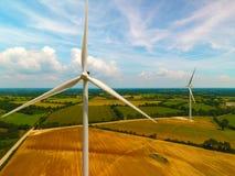 Luftbildfotografie von Windkraftanlagen auf einem Gebiet stockfoto