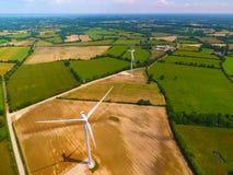 Luftbildfotografie von Windkraftanlagen auf einem Gebiet lizenzfreies stockbild