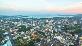 Luftbildfotografie während des Sonnenuntergangs mitten in Phuket-Stadt Stockbilder