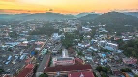 Luftbildfotografie während des Sonnenuntergangs mitten in Phuket-Stadt Lizenzfreies Stockbild
