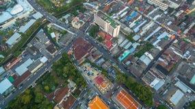 Luftbildfotografie während des Sonnenuntergangs mitten in Phuket-Stadt Stockfoto