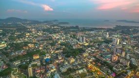 Luftbildfotografie während des Sonnenuntergangs mitten in Phuket-Stadt Lizenzfreies Stockfoto