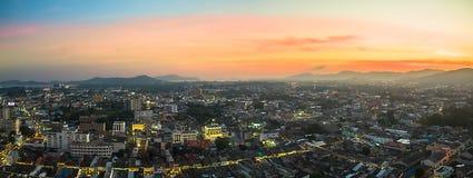 Luftbildfotografie während des Sonnenuntergangs mitten in Phuket-Stadt Lizenzfreie Stockfotos