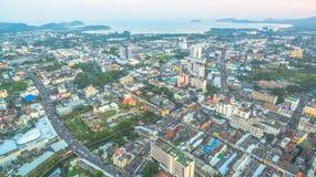 Luftbildfotografie während des Sonnenuntergangs mitten in Phuket-Stadt Lizenzfreie Stockbilder