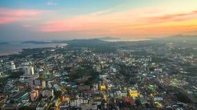 Luftbildfotografie während des Sonnenuntergangs mitten in Phuket-Stadt Stockfotos