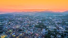 Luftbildfotografie während des Sonnenuntergangs mitten in Phuket-Stadt Lizenzfreie Stockfotografie