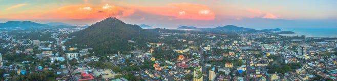 Luftbildfotografie während des Sonnenuntergangs mitten in Phuket-Stadt Stockfotografie
