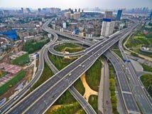 Luftbildfotografievogelperspektive von Stadtviaduktbrücken-Straße lan Stockfotografie
