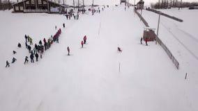 Luftbildfotografiewettbewerbe auf einem Gebirgsslalom stock video