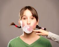 Luftblase mit Kaugummi Stockfotos