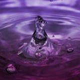 Luftblasen-Bewegung im violetten Wasser. stockbilder