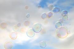 Luftblasen des bewölkten Himmels und der Seife Stockfotos