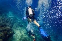 Luftblasen, die vom Taucher am Korallenriff unter Wasser auftauchen Stockfotografie
