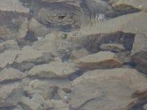 Luftblasen im klaren Wasser von einem Gebirgsfluss Lizenzfreies Stockbild