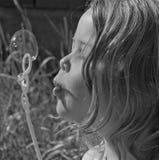 Luftblasen-Mädchen mit Reflexion Lizenzfreie Stockbilder