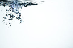 Luftblasen mit bunten Höhepunkten im Wasser Lizenzfreie Stockfotografie