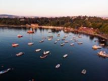 Luftbrummen-Ansicht von Küste Istanbuls Tuzla mit Boots-goldener Stunde/blauer Stunde lizenzfreies stockbild