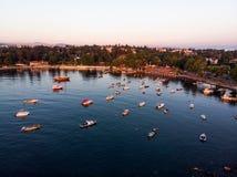 Luftbrummen-Ansicht von Küste Istanbuls Tuzla mit Boots-goldener Stunde/blauer Stunde stockfotografie