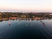 Luftbrummen-Ansicht von Küste Istanbuls Tuzla mit Boots-goldener Stunde/blauer Stunde lizenzfreie stockfotos