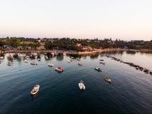 Luftbrummen-Ansicht von Küste Istanbuls Tuzla mit Boots-goldener Stunde/blauer Stunde stockfoto