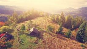 Luftbrummen-Flug in den Karpatenbergen stock footage