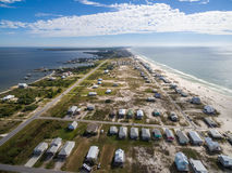 Luftbrummen-Foto - Strandhäuser u. Ozeane des Golfs stützt unter,/Fort Morgan Peninsula alabama Stockfotos