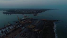 Luftbrummen-Gesamtlänge Fliegen Sie herum vom Containerhafen von Ukraine am Abend stock video