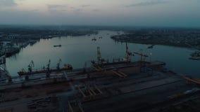 Luftbrummen-Gesamtlänge Fliegen Sie um den Containerhafen von Ukraine am Abend stock video