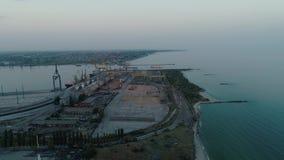 Luftbrummen-Gesamtlänge Fliegen Sie zum Containerhafen von Ukraine am Abend stock video footage