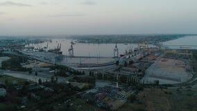 Luftbrummen-Gesamtlänge Fliegen Sie zum Containerhafen von Ukraine am Abend stock video