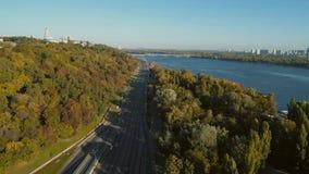 Luftbrummen-Gesamtlänge Flug über dem Damm von Kiew-Stadt stock video footage