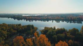 Luftbrummen-Gesamtlänge Flug über Herbstwald zum Fluss stock video