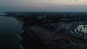 Luftbrummen-Gesamtlänge Panoramaansicht des Containerhafens von Ukraine am Abend stock video