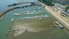Luftbrummen geschossen über Dockbooten stock video footage