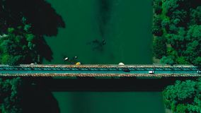 Luftbrummen geschossen: Fliegen vorwärts entlang die Fahrzeuge, die Straßenbrücke über einem Fluss kreuzen Beschneidungspfad eing stock footage