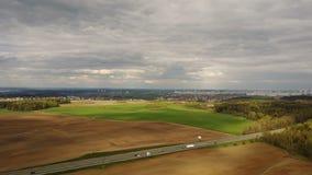 Luftbrummen geschossen von der Landschaftsansicht Hubschrauber, der über die schöne grüne Wiese fliegt, Feld, nachdem dem Ernten  stock video footage