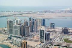 Luftbrummen im Bau geschossen von den Türmen und von den Wolkenkratzern um meeres- Al Reem Island, Abu Dhabi stockfoto