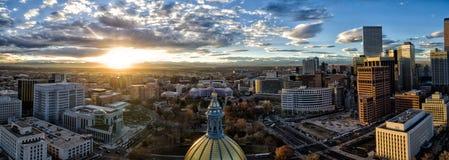 Luftbrummen-Panorama - erstaunlicher goldener Sonnenuntergang über dem Colorado-Landeshauptstadtgebäude u. Rocky Mountains, Denve stockfoto
