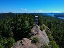 Luftbrummen schoss vom firetower auf dem Gipfel in den Adirondack-Bergen Lizenzfreie Stockfotos