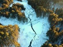 Luftbrummen schoss vom Wicklungsfluß durch Winterwald Lizenzfreies Stockbild