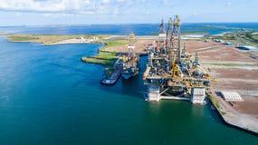 Luftbrummenansicht über erstaunliche Erdölbohrungs-Plattform-Ölplattform weg vom Ufer des Hafens Aransas, Texas stockfotos