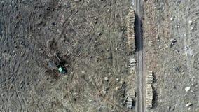 Luftbrummenansicht der Abholzung des Waldes nach Sturm stock footage