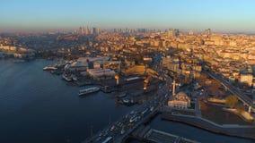 Luftbrummenansicht des Istanbuls, die Türkei Bucht Bosphorus Halic Sonniger Tag Fliege über den Brücken stock video footage