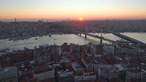 Luftbrummenansicht des Istanbuls, Turkie Bucht Bosphorus Halic Sonnenuntergang Fliege über den Brücken stock footage