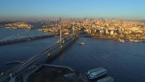 Luftbrummenansicht des Istanbuls, Turkie Bucht Bosphorus Halic Sonniger Tag Fliege über den Brücken stock video footage
