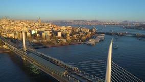 Luftbrummenansicht des Istanbuls, Turkie Bucht Bosphorus Halic Sonniger Tag Fliege über den Brücken stock footage