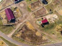 Luftbrummenansicht des l?ndlichen Pferdebauernhofes oder -ranch Dorf oder Landschaft mit Pferdest?llen und -scheunen stockbilder