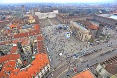 Luftbrummenansicht des Stadt Castello Quadrats und des Royal Palaces im Hintergrund Turin Italien stockbild