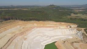Luftbrummenansicht einer Kreidegrube nahe Turnov-Stadt stock footage